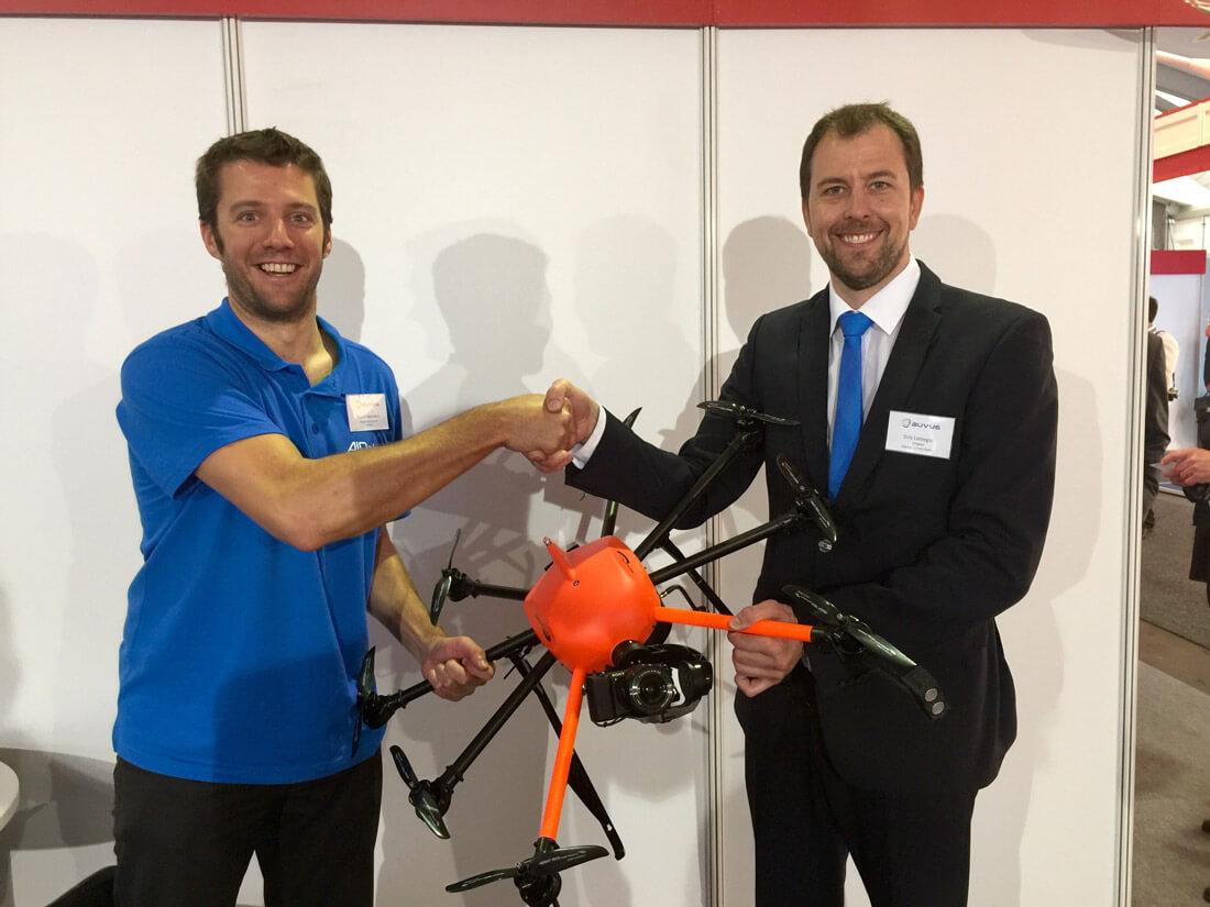 Kristof Beenders, Mitgründer von Airobot (links) und Geschäftsführer Dirk Liebegall von HEIGHT TECH (rechts) besiegeln die Zusammenarbeit mit einem Handschlag