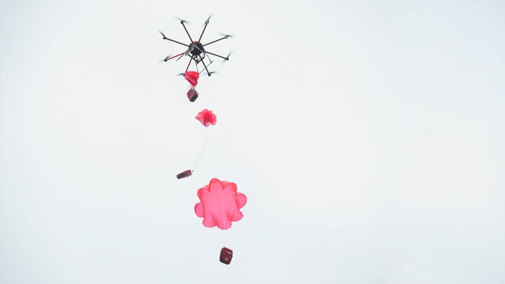 HEIGHT TECH INDIVIDUAL Defikopter Abwurf des Defibrillators an einem Fallschirm