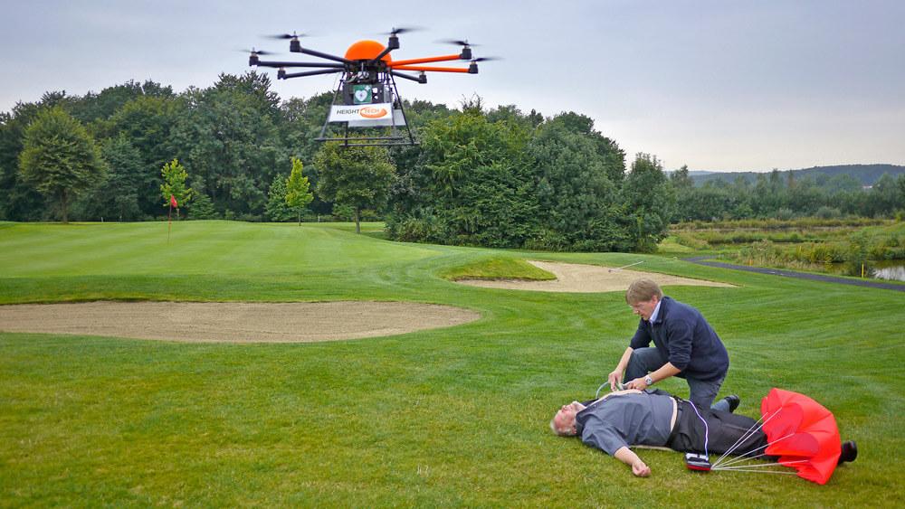 HEIGHT TECH INDIVIDUAL Defikopter im Einsatz auf einem Golfplatz