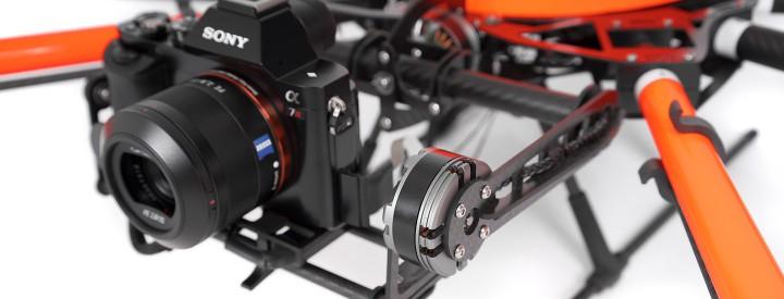 HEIGHT TECH HT-8 C180 selbstausrichtende Kameraaufhängung im Detail mit montierter Kamera