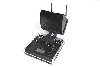 Fernsteuerung mit angeschlossenem Bildschirm zur Übertragung von Bildern und Videos